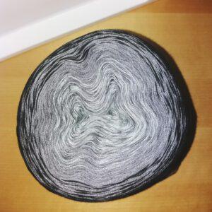 grau-schwarzer Bobbel